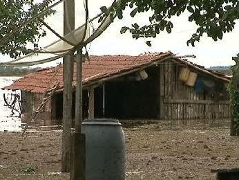 Cerca de 120 famílias estão desabrigadas em Querência do Norte (Foto: Reprodução/ RPC TV Noroeste)