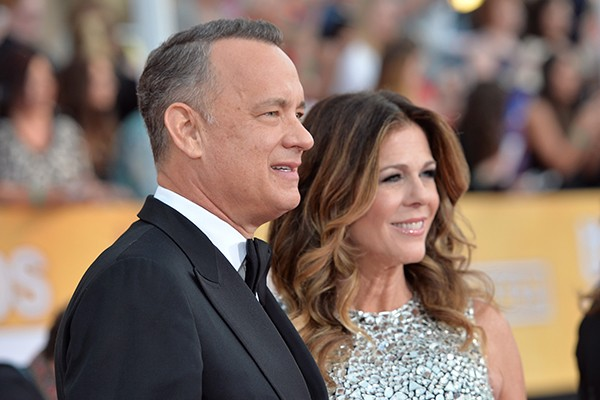 Tom Hanks e Rita Wilson se conheceram no set de 'Bosom Buddies', no início da década de 80, mas começaram a se relacionar em 1987, enquanto o ator ainda era casado com Samantha Lewes. Ele separou-se da moça para ficar com Rita em 1987, e casou-se com a atriz em 1987. Eles têm dois filhos e vários sucessos juntos. (Foto: Getty Images)