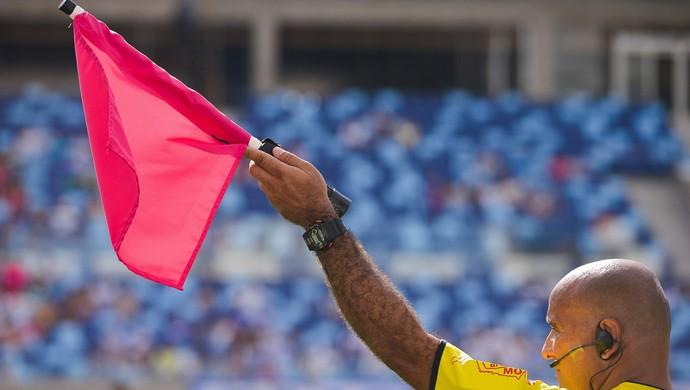 Bandeirinha rosa na partida Dom Bosco e Rondonópolis (Foto: Lucas Ninno/Gcom)