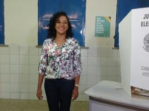 Eleições 2016 - Teresina-PI - Candidato Luciane Santos (PSTU) na cabine de votação (Foto: Joana D'arc)