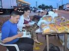 Por sonho de cursar história, casal estuda enquanto vende pão em rua