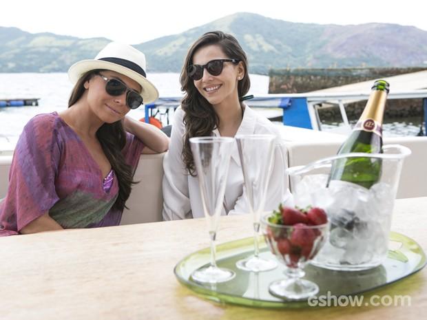 Giovanna Antonelli e Tainá Müller gravam cenas em Angra dos Reis (Foto: Felipe Monteiro/ TV Globo)