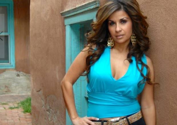 Erika Bonilla virou cantora de músicas latinas e prepara lançamento de 2º álbum. (Foto: Reprodução/site oficial)
