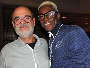 Jonathan Azevedo com o novo visual e o diretor Mario Marcio Bandarra (Foto: Malhação/TV Globo)