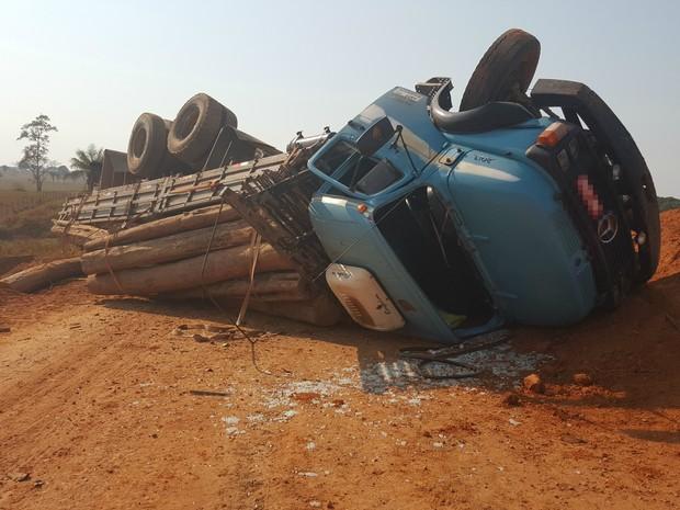 Caminhão tombou no Anel Viário, em Ji-Paraná (Foto: Pâmela Fernandes/G1)