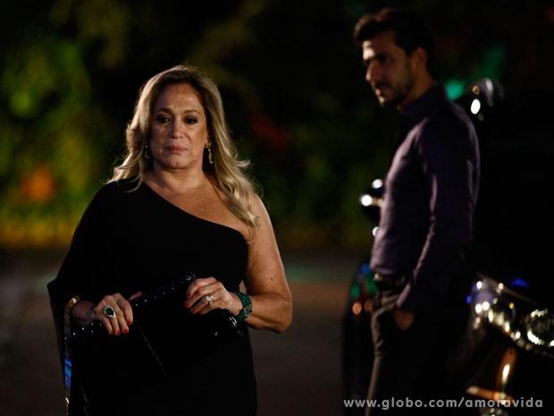 Mesmo sem convidar o médico para entrar, Pilarcombina jantar (Foto: Inácio Moraes/TV Globo)