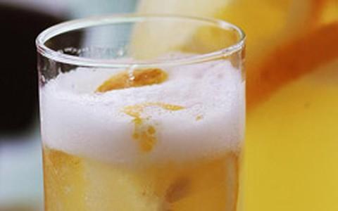 Drinque de limoncello com vinho branco, suco de abacaxi e limão