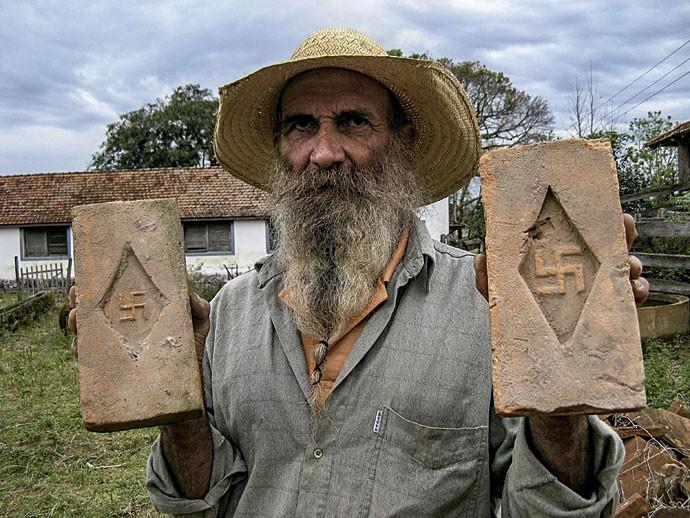 Tatão mostra os tijolos da fazenda (Foto: Gibby Zober)