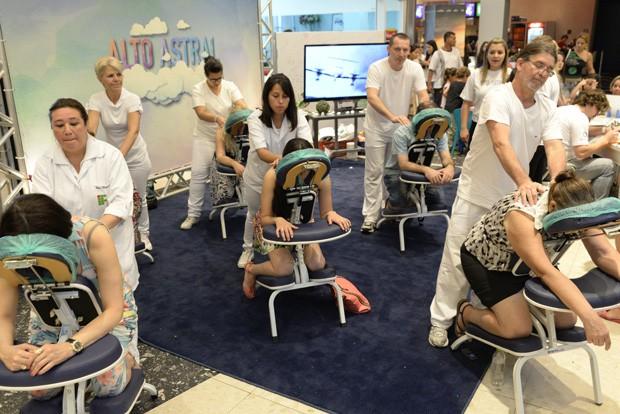 Equipes de massagistas se revezaram ao longo do dia para atender mais de 250 pessoas (Foto: Tiago Cavalieri/RPC TV)