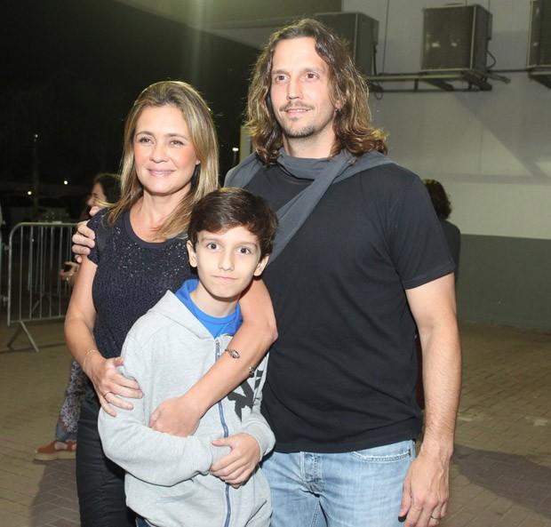 Adriana Esteves e Vladimir Brichta com o filho Vicente (Foto: Marcello Sá Barretto/AgNews)