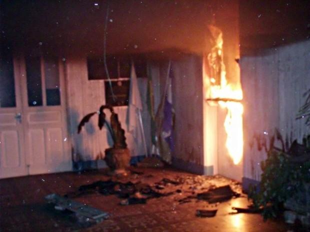 Incêndio queima parte de escola no centro de Três Pontas (Foto: Dênis Pereira / Equipepositiva)