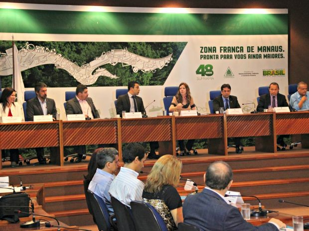 Parlamentares debaterem fragilidades com pesquisadores e representantes de ministérios (Foto: Adneison Severiano/G1 AM)