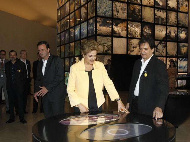 A presidente Dilma Rousseff, acompanhanda do prefeito do Rio, Eduardo Paes, e do governador Luiz Fernando Pezão, inaugurou na noite desta quinta-feira (17) o Museu do Amanhã, um dos símbolos da revitalização da Região Portuária do Rio. (Foto: Alexandre Brum/Agência O Dia/Estadão Conteúdo)