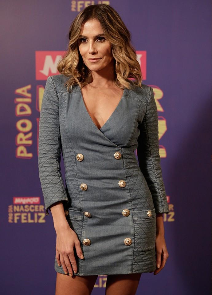 O vestido destaca a boa forma da mamãe de Maria Flor (Foto: Fábio Rocha / Gshow)
