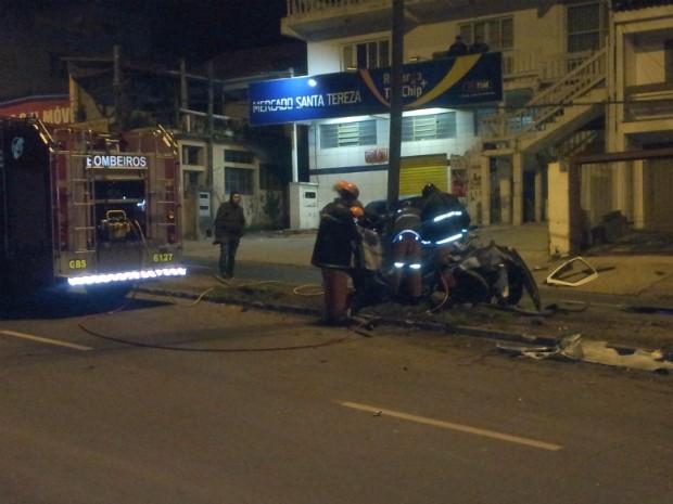 Bombeiros tiveram trabalho para retirar veículo do poste (Foto: Josmar Leite/RBS TV)