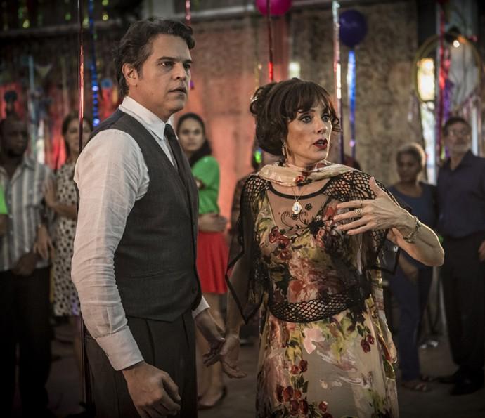 Enquanto dançam juntos, Amadeu e Iolanda são surpreendidos pela presença do Saruê (Foto: Inácio Moraes/ Gshow)