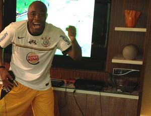 Anderson Silva comemora vitória do Corinthians na final da Libertadores (Foto: Rodrigo Bocardi)