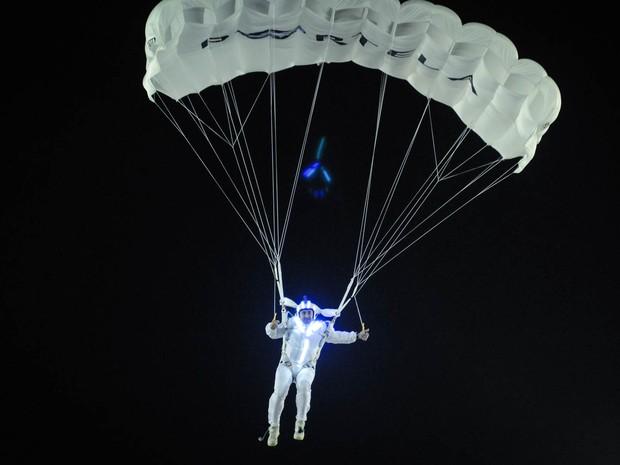 Detalhe do paraquedista da Portela (Foto: Alexandre Durão/G1)