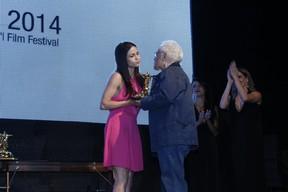 Nanda Costa e Othon Bastos em prêmio de cinema no Rio (Foto: Felipe Assumpção e Alex Palarea/ Ag. News)