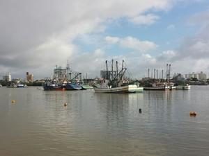 Em assembleia na manhã desta terça, pescadores decidiram permanecer no rio (Foto: Luiz Souza/RBS TV)