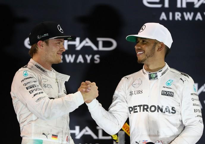 Nico Rosberg é parabenizado por Lewis Hamilton em pódio do GP de Abu Dhabi (Foto: Getty Images)