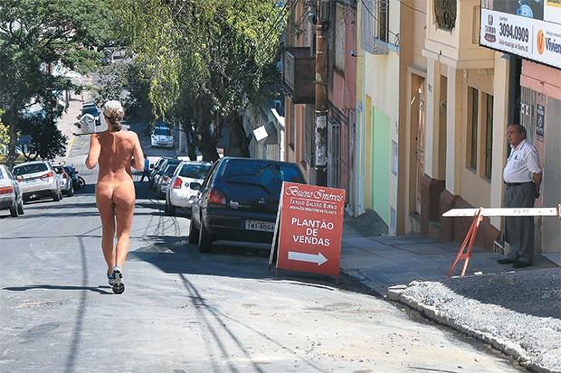 TÊNIS E BONÉ Corredora nua em Porto Alegre, no  dia 9. A nudez em lugar inusitado provoca assombro (Foto: Fernando Teixeira/Futura Press/Estadão Conteúdo)