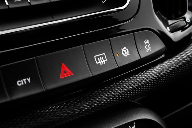 Painel do Uno renovado tem botões para a função City da direção e do ESP, opcional no 1.0 e 1.3 manual (Foto: Divulgação)