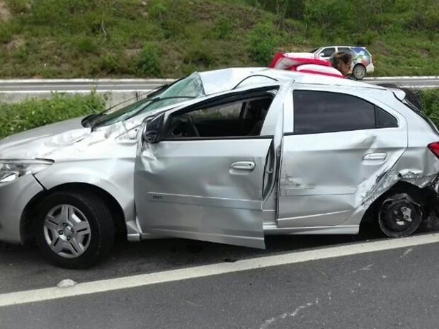 Carro capotou após colidir com caminhão-pipa na BR-232 (Foto: Divulgação/PRF)
