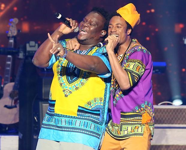 Paulo Ricardo elogia o estilo e dança dos vocalistas da banda Dois Africanos (Foto: Isabella Pinheiro / Gshow)