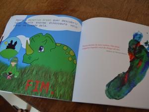 Composto por 15 páginas, com ilustrações chamativas e letras grandes (Foto: Rogério Aderbal/G1)