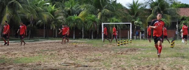 Jogadores do Flamengo-PI fazem treino de recuperação antes da chegada de novo técnico (Foto: Renan Morais/GLOBOESPORTE.COM)
