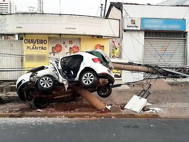 Carro estaria em alta velocidade quando bateu no poste, na Avenida do CPA, em Cuiabá. (Foto: Delegacia Especializada em Delitos de Trânsito de Cuiabá.)