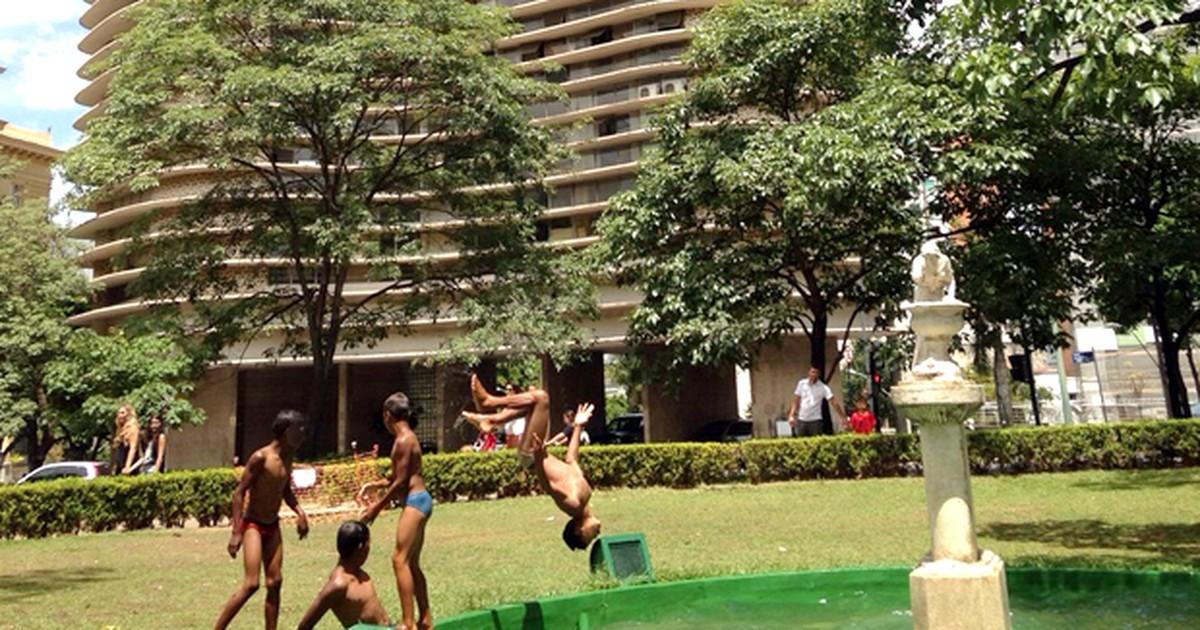 Com calorão em BH, jovens nadam em fonte da Praça da Liberdade - Globo.com