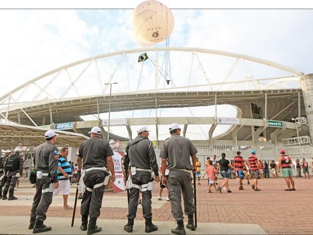 Protótipo do balão que será usado pela PM no RJ (Foto: Fotomontagem de Miguel Heichard sobre foto de Rogerio Santana )