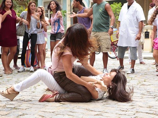 Lucilene dá uns tapas bem merecidos em Carolina (Foto: Guerra dos Sexos / TV Globo)