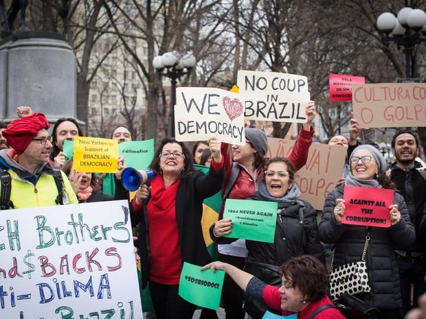 Manifestantes pela democracia em Nova York (Foto: Lívia Sá/Divulgação)