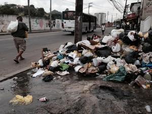 Na Rua Visconde de Niterói, próximo da Mangeuira, o lixo e bueiro vazavam na manhã desta quinta-feira (6). (Foto: Guilherme Brito / G1)