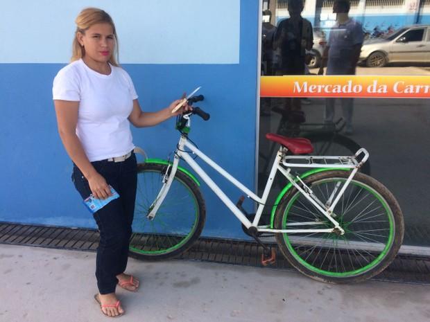Mulher conseguiu ficar com a bicicleta dos assaltantes  (Foto: Gledisson Albano/Arquivo pessoal)