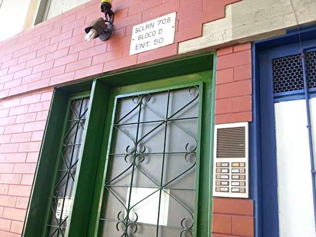 Entrada do prédio na Asa Norte, em Brasília, onde criança de 2 anos foi deixada sozinha na manhã desta quinta-feira (9) (Foto: Raquel Morais/G1)