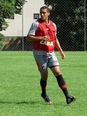 Zagueiro Lula do sub-23 do Atlético-PR (Foto: Fernando Freire)