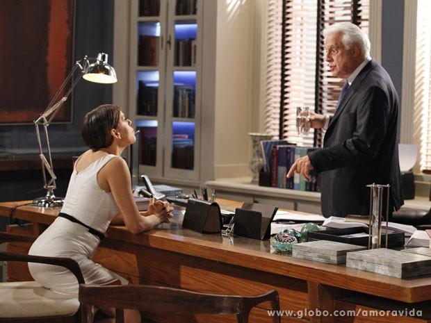 César tenta argumentar que não pode complicar mais a sua situação com Pilar (Foto: Amor à Vida/TV Globo)