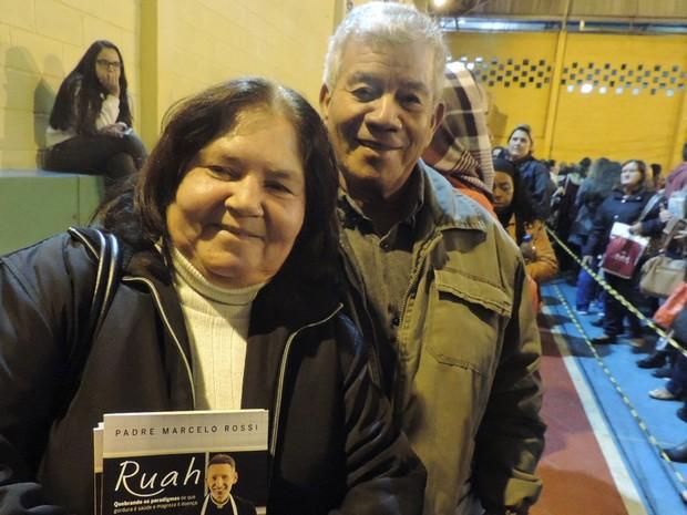 Vera Lúcia e o marido Jurandir agradeceram saúde da família (Foto: Caio Gomes Silveira/ G1)