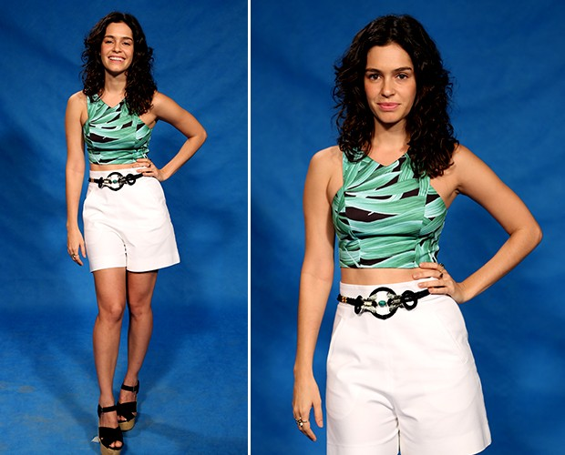 Maria Flor escolheu um top cropped estampado com short branco. O cinto delicado e o saltão grosso casaram com a proposta do look (Foto: Isabella Pinheiro/Gshow)