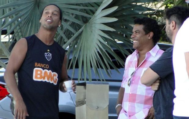 Ronaldinho e Assis cidade do Galo Atlético-MG (Foto: Fernando Martins Y Miguel)