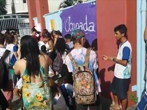 Estudantes na porta da Escola Viva de São Pedro, em Vitória (Foto: Reprodução/ TV Gazeta)