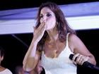 Ivete Sangalo usa vestido curtinho em micareta em Aracajú