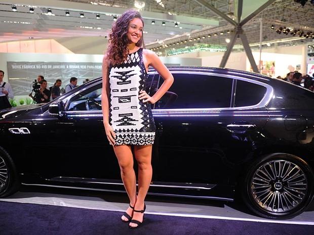 Débora Nascimento posa ao lado de carro da KIA (Foto: Raul Zito/G1)