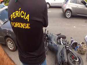 Motociclista morre após cair da moto e ser atingido por carreta em Fortaleza (Foto: Narcélio Bezerra/TV Verdes Mares)