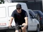 Murilo Benício pedala na orla da Barra da Tijuca, no Rio