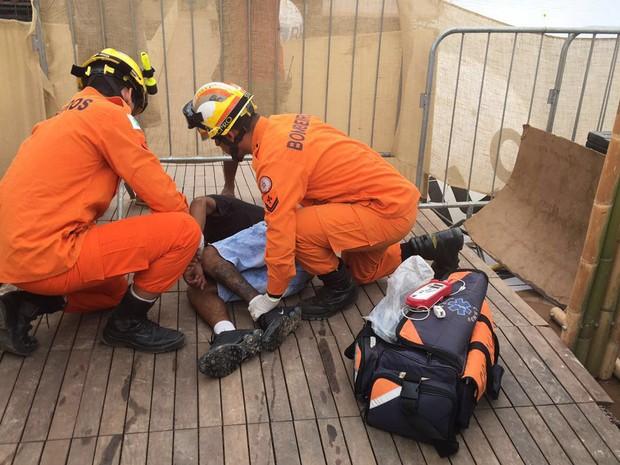 Homem de 24 anos é atendido por Corpo de Bombeiros após sofrer descarga elétrica no DF (Foto: Corpo de Bombeiros DF/Divulgação)